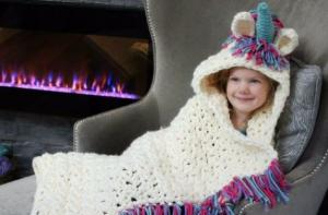 The Internet is obsessed with this gorgeous little DIY unicorn blanket